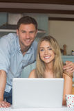 Милые пары используя компьтер-книжку совместно Стоковые Фотографии RF