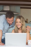 Милые пары используя компьтер-книжку совместно Стоковое Изображение RF