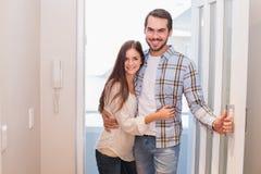 Милые пары идя через дверь Стоковое фото RF