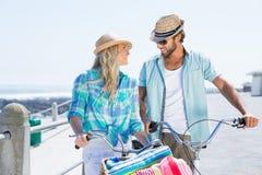 Милые пары на езде велосипеда Стоковое Изображение