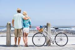 Милые пары на езде велосипеда Стоковые Фото