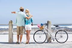Милые пары на езде велосипеда Стоковые Фотографии RF