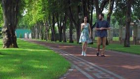 Милые пары на пути около загородки видеоматериал