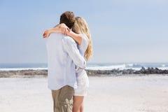 Милые пары обнимая на пляже Стоковое Изображение