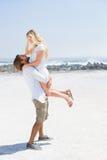 Милые пары обнимая на пляже Стоковая Фотография