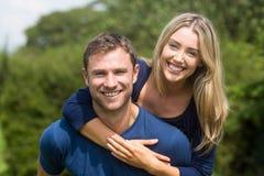 Милые пары усмехаясь на камере Стоковое Изображение RF