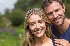 Милые пары усмехаясь на камере Стоковое Изображение