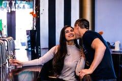 Милые пары целуя и имея питье Стоковое Фото
