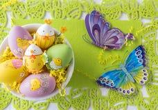 Милые пасхальные яйца в шаре на светло-зеленой предпосылке Стоковые Изображения RF