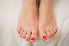 Милые пальцы ноги с красным маникюром Стоковая Фотография RF