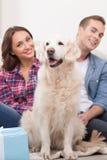 Милые пожененные пары с их милой собакой Стоковое фото RF