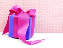 Милые подарочные коробки на подарочных коробках розовой предпосылки милых с милым смычком Стоковые Фотографии RF