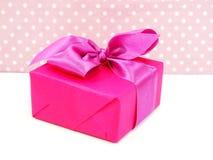 Милые подарочные коробки на подарочных коробках розовой предпосылки милых с милым смычком Стоковое Изображение