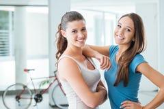 Милые предназначенные для подростков девушки усмехаясь на камере Стоковая Фотография RF