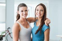 Милые предназначенные для подростков девушки усмехаясь на камере Стоковое Изображение RF