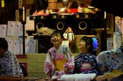 Милые продавцы шарма на фестивале Gion Matsturi в Киото Японии стоковые изображения