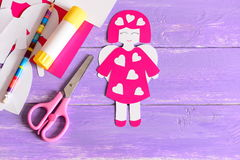 Милые ремесла от бумаги, ножницы ангела, ручка клея, картон покрывают, бумажные шаблоны на фиолетовой деревянной предпосылке Стоковая Фотография