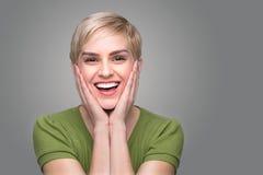 Милые смеясь над сотрясенные удивленные зубы совершенной улыбки белые счастливые с зубоврачебным посещением Стоковое Изображение RF