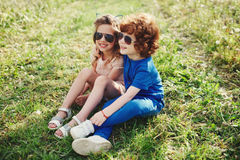 Милые стильные дети в парке лета Стоковые Фотографии RF
