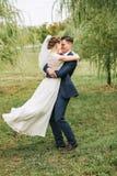 Милые счастливые танцы пар среди деревьев вербы Стоковые Изображения RF