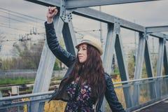 Милые танцы девушки на мосте Стоковые Фотографии RF