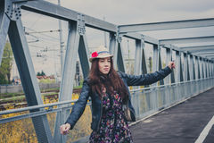 Милые танцы девушки на мосте Стоковые Фото
