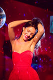 Милые танцы и усмехаться брюнет Стоковое Изображение RF
