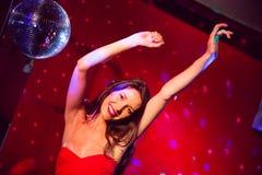 Милые танцы и усмехаться брюнет Стоковая Фотография RF
