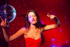 Милые танцы и усмехаться брюнет Стоковое Фото