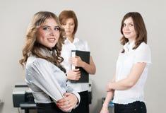 Милые улыбки дамы дела в офисе Стоковые Изображения RF