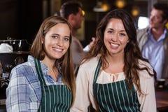 Милые baristas усмехаясь на камере Стоковая Фотография RF