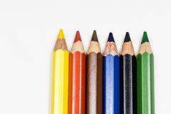 Милые crayons карандаша младенца на белой таблице Изолированная предпосылка Стоковая Фотография RF