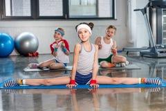 Милые sporty дети работая в спортзале и усмехаясь на камере Стоковая Фотография