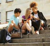 Милые teenages группы на здании университета Стоковое Изображение RF