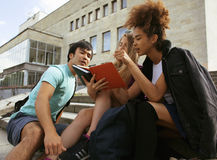 Милые teenages группы на здании университета Стоковые Фотографии RF