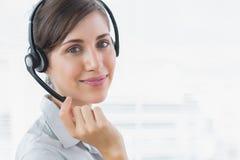 Милый агент центра телефонного обслуживания усмехаясь на камере Стоковые Изображения