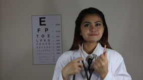 Милый азиатский женский доктор Использование стетоскоп сток-видео