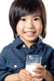 Милый азиатский мальчик держа стекло молока Стоковое Изображение RF