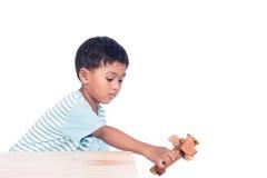 Милый азиатский мальчик играя деревянный самолет Стоковое Изображение RF