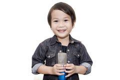 Милый азиатский ребенк поя на изолированной белой предпосылке Стоковые Фотографии RF