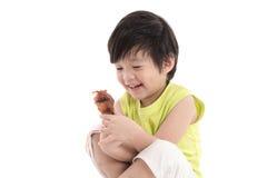 Милый азиат boyeating зажаренный в духовке цыпленк цыпленок Стоковое Изображение