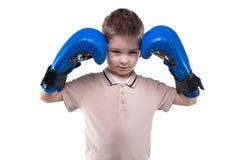 Милый белокурый мальчик с перчатками бокса стоковые фотографии rf