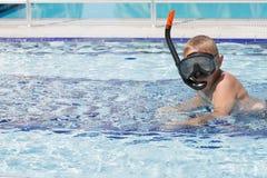 Милый белокурый мальчик уча поплавать Стоковые Изображения RF