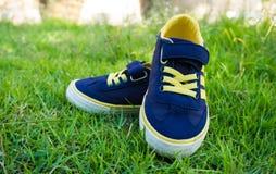 Милый ботинок младенца на зеленой траве Стоковое Изображение RF