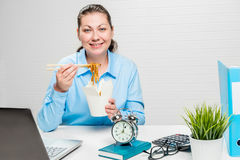 Милый бухгалтер на обеденном времени с китайскими лапшами Стоковое Изображение