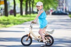 Милый велосипед катания девушки в парке Стоковое фото RF