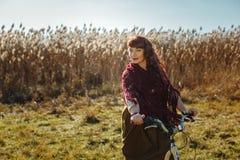Милый велосипед катания девушки в поле Стоковая Фотография RF