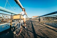 Милый велосипед катания женщины на мосте Стоковое Изображение RF