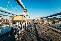 Милый велосипед катания женщины на мосте Стоковые Изображения RF