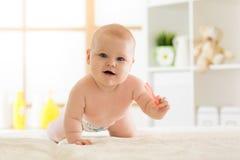 Милый вползая ребёнок дома стоковое изображение rf